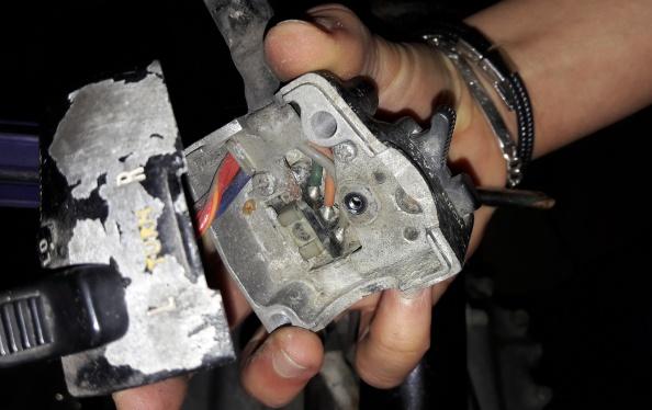 3 fils, 1 coup de soudure et 2 bouts de plastique et pouf, ça fait un commodo // 3 wires, a bit of welding, and you get a switch.